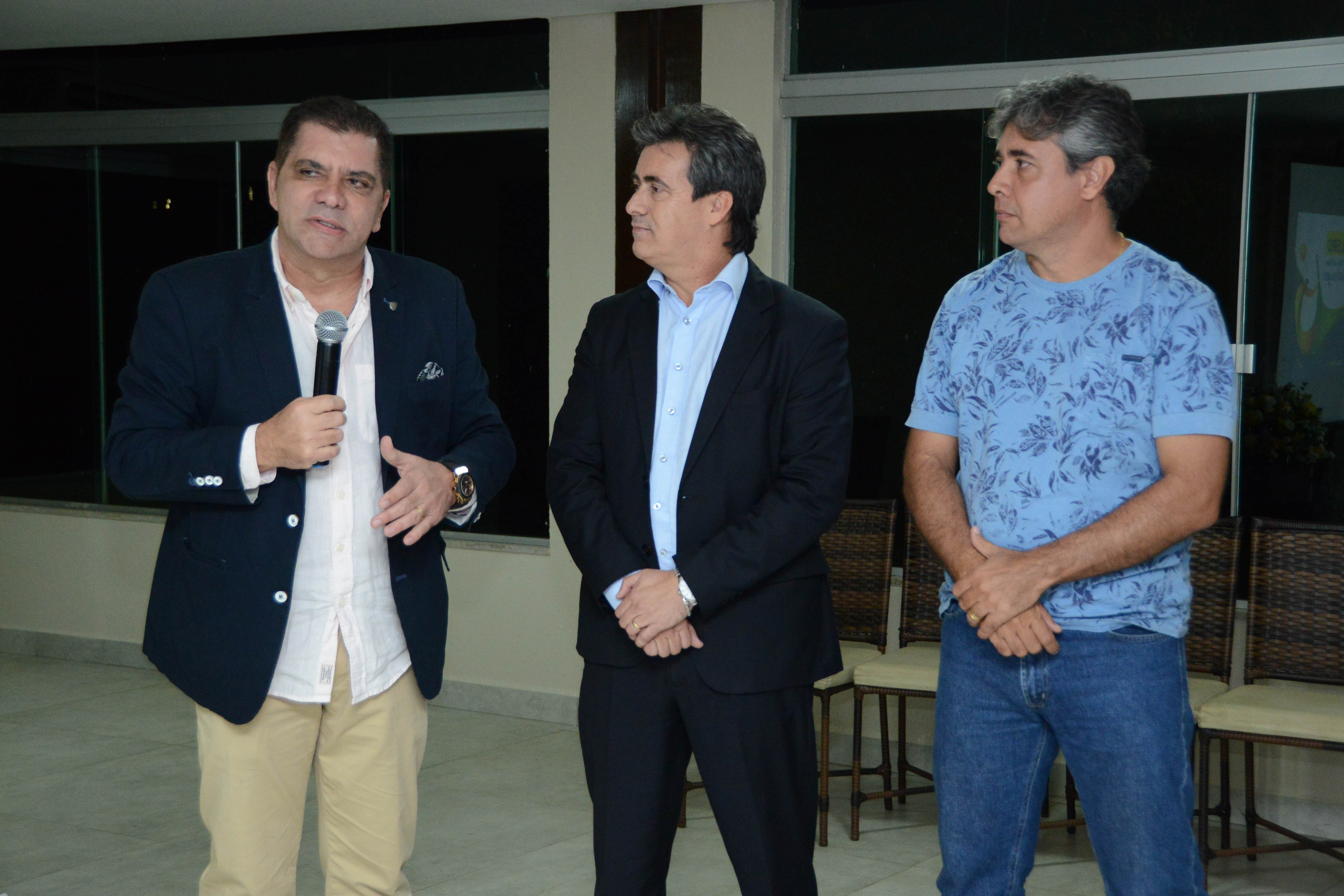 image(Da esq/dir.) Amastha, superintendente regional do BB, Célio Chagas Cintra, e presidente da Federação Tocantinense de Vôlei, Ricardo Abalem