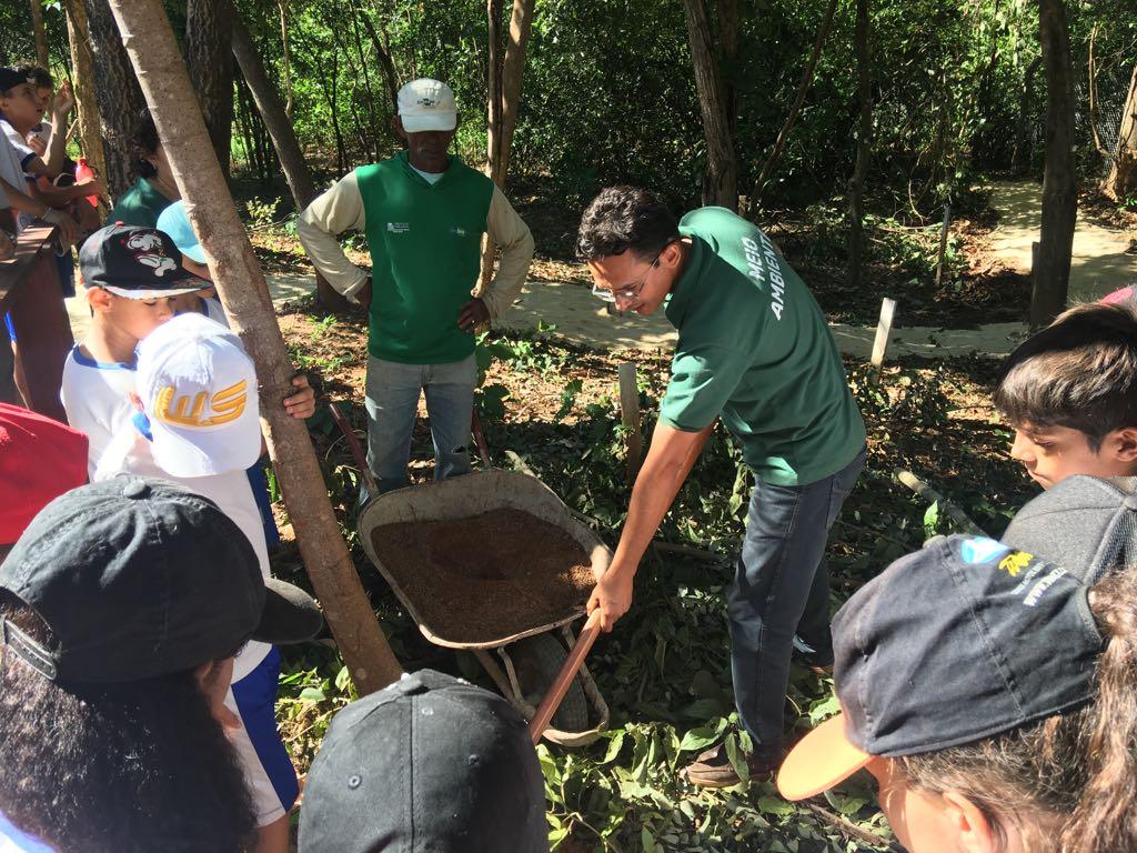 imageOs alunos da ETI Aprígio Tomás Bastos conheceram o processo de compostagem de resíduos orgânicos na estrutura já montada para este fim