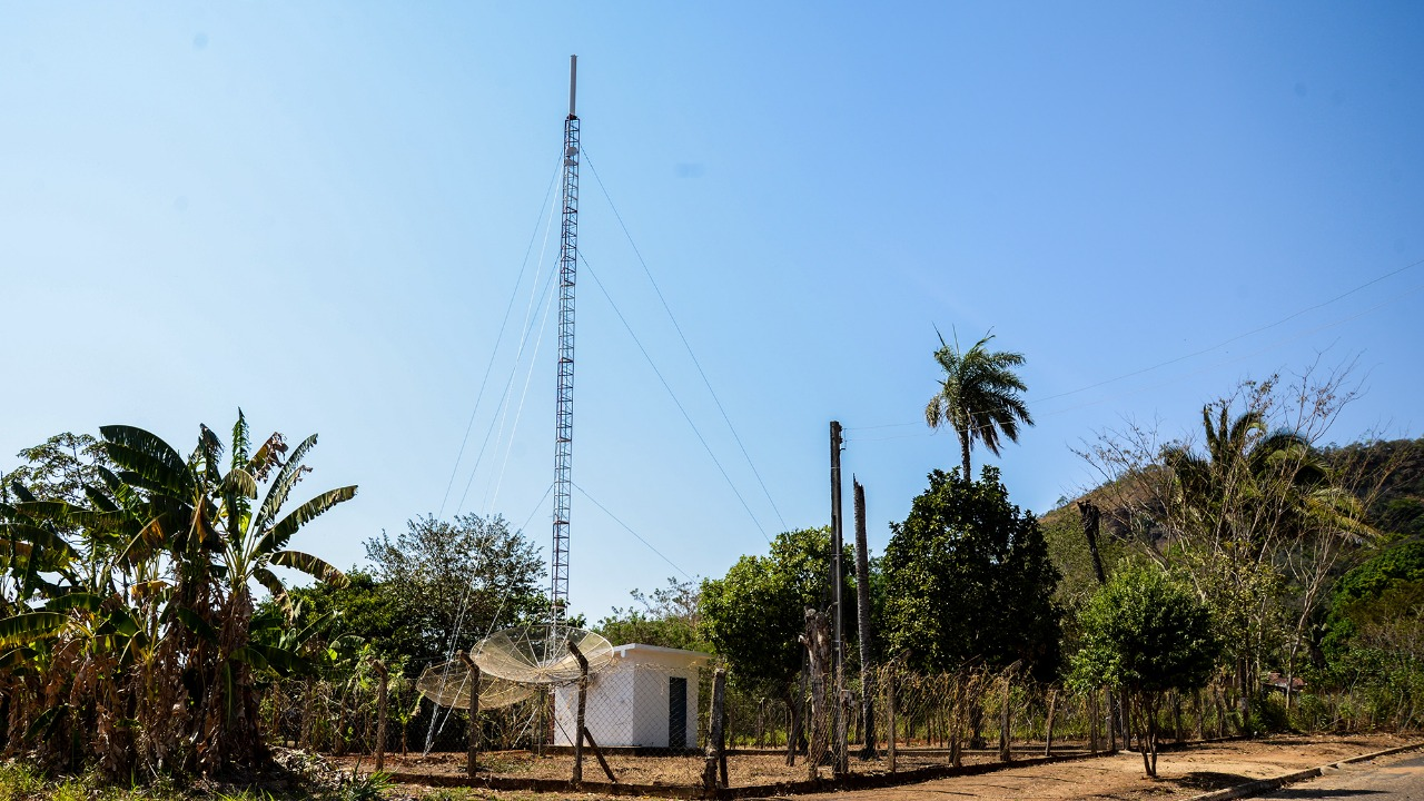 imageAntena e retransmissor de sinal de TV digital aberta ficam instalados no centro do distrito de Taquaruçu