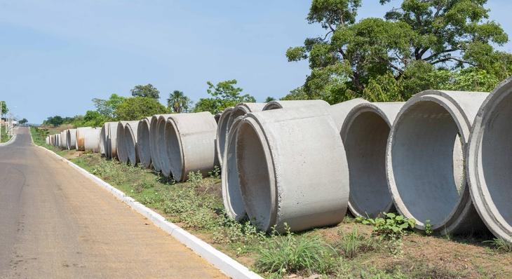 Tubulações de concreto que serão usadas na implantação de rede de macrodrenagem pluvial