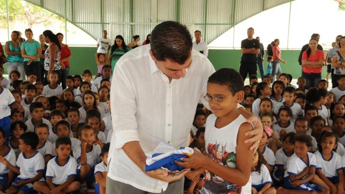 Amastha inaugura quadra poliesportiva e entrega uniformes à Escola Rosemir  Fernandes d7dfa6494af9b